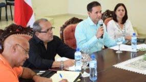 Edi Medina mientras dirige la reunión del sábado en Salcedo.