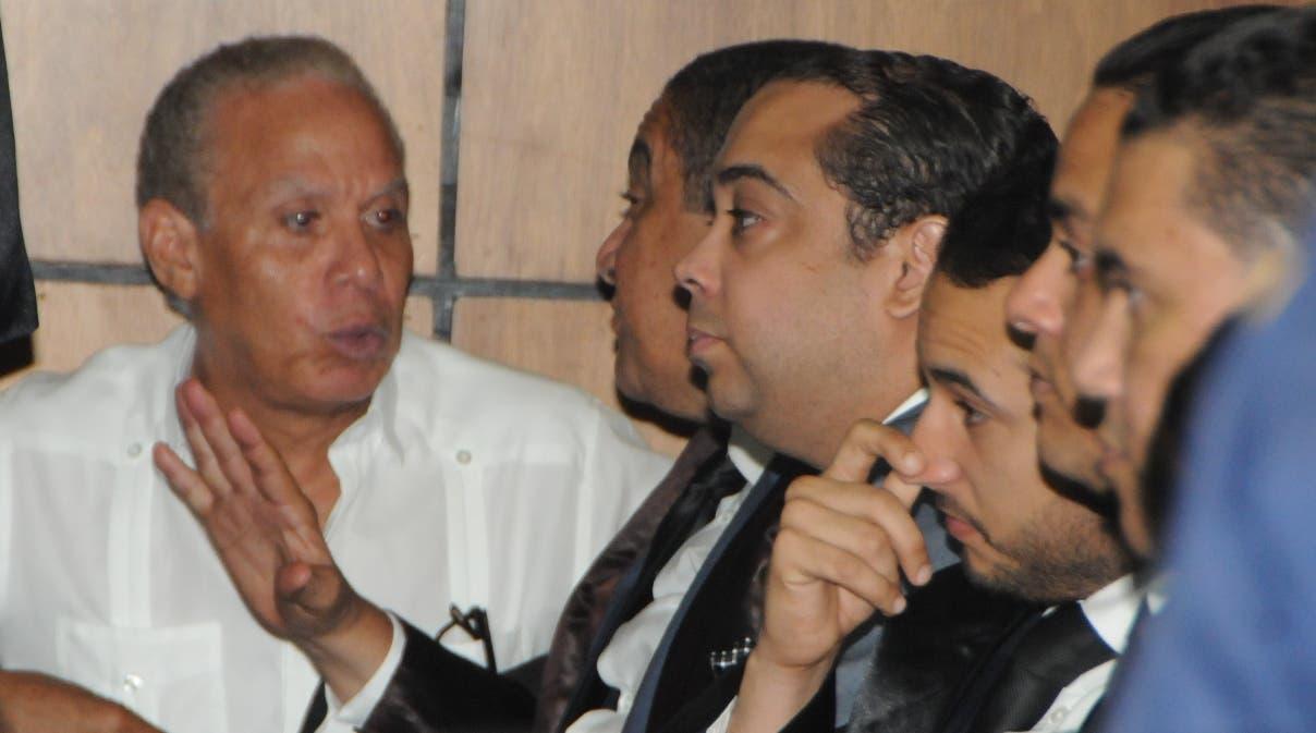 Ángel Rondón mientras conversaba con uno de sus representantes legales antes del fallo del juez.