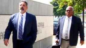 Leoncio Almánzar, acompañado de su abogado Miguel Liria, cuando llegaba a la Procuraduría.