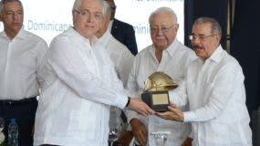 Al concluir la inauguración de Los Mina VII, el presidente Danilo Medina recorrió las instalaciones.