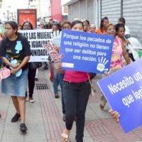 Activistas dominicanas durante una demostración a favor del derecho al aborto en casos específicos.