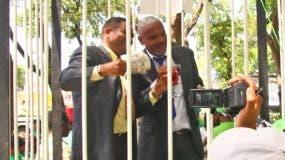 Exhibieron simulacro de una celda con privilegios gozan imputados por sobornos del caso Odebrecht en Najayo, donde supuestamente degustan hasta  de exquisitos vinos.
