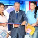 El presidente Medina corta cinta durante la inauguración.