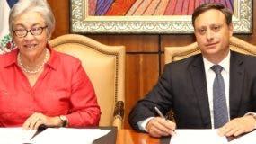 Altagracia Guzmán y Jean Alain Rodríguez durante la firma.