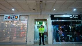 La policía colombiana asegura una explosión en un centro comercial al norte de Bogotá, Colombia, el 17 de junio de 2017. La explosión mató a tres personas e hirió a once personas, dijeron las autoridades. La policía dijo que una explosión desgarró un área de baño de mujeres del centro comercial, llena de compradores antes del Día del Padre, en una zona exclusiva de la capital colombiana que es popular entre los extranjeros. / AFP / Raúl Arboleda