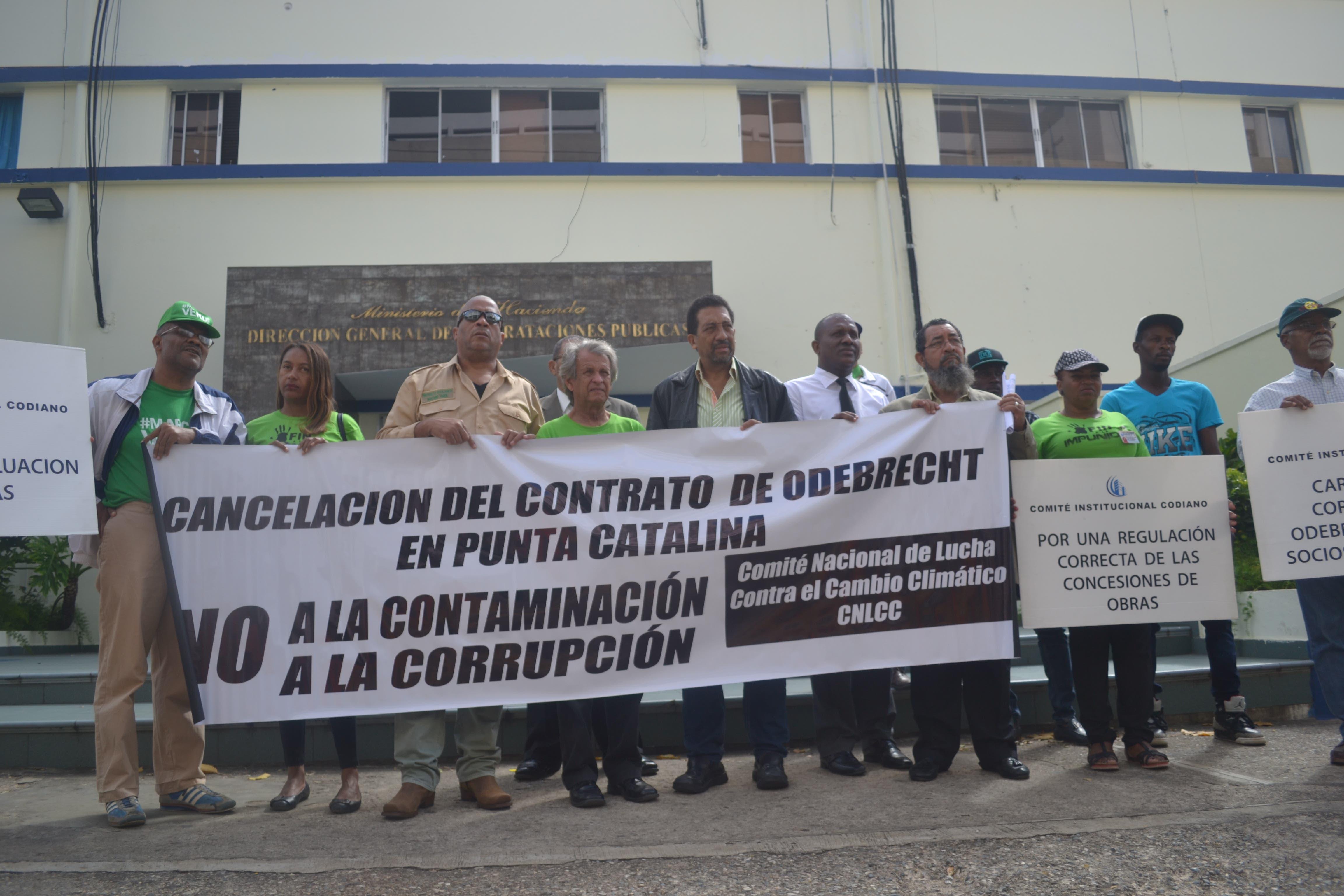 Parada realizada, el 9 de marzo pasado, por el Comité Nacional de Lucha Contra el Cambio Climático (CNLCC), ante la Dirección General de Contrataciones Públicas (DGCP), en esta ciudad de Santo Domingo, D.N.