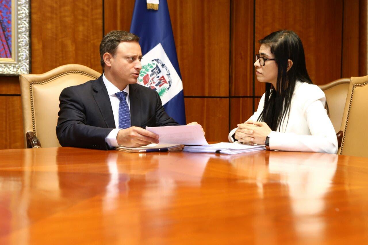 El procurador Jean Rodríguez sostuvo una reunión de trabajo con la fiscal titular de Santo Domingo, Olga Diná Llaverías.