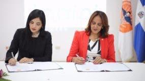 La directora del INAIPI Berlinesa Franco, y la presidenta de la Sociedad Dominicana de Pediatría, Sandra Orsini, firman el acuerdo de colaboración.