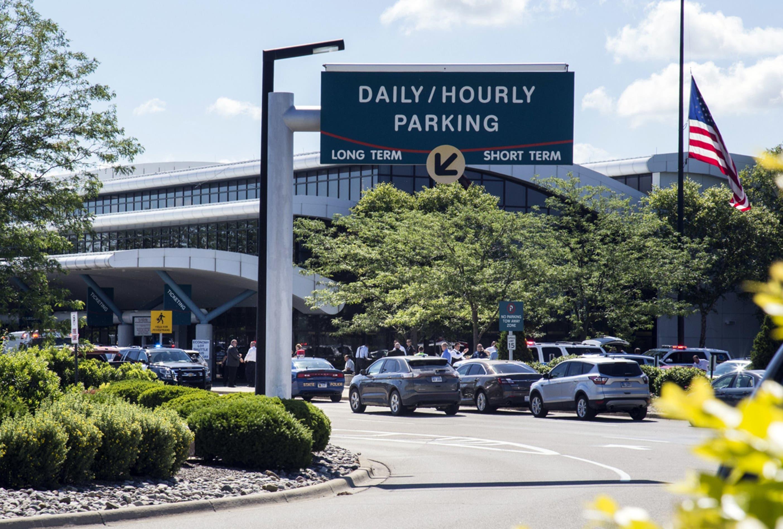 """La Policía aconsejó a los viajeros que usan el aeropuerto que contacten con sus aerolíneas porque """"permanecerá cerrado hasta nuevo aviso""""."""