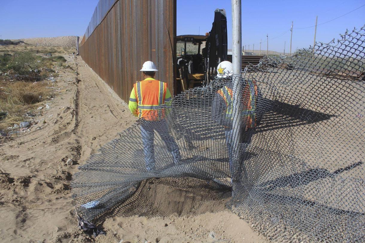 """Un muro solar de 3.200 kilómetros (2.000 millas) costaría menos de mil millones de dólares, comparado con los varios miles de millones que costaría un muro tradicional, y probablemente sería algo """"extraordinariamente rentable""""."""