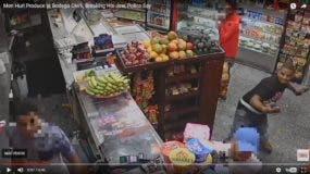 """La agresión a """"aguacatazos"""" contra el empleado fue captada por una cámara de video del negocio."""