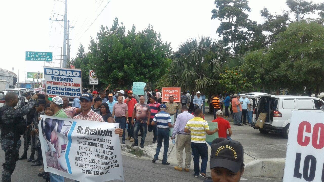 Aproleche protesta frente a Agricultura, piden regular importación de leche
