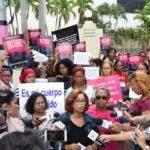 Un grupo  del  Foro Feminista  y diversas organizaciones de mujeres, durante una demostración ante el Congreso dominicano en demanda de que los legisladores aprueben la tres excepciones en la despenalización del aborto.