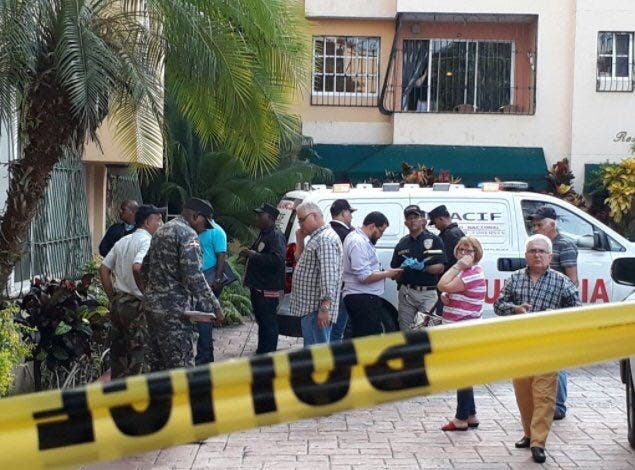 La pareja de esposos fue hallada muerta en su apartamento del residencial Escoria Virginia, en Gazcue.