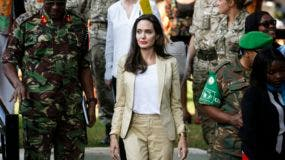 ANG02 NAIROBI (KENIA), 20/06/2017.- La actriz estadounidense Angelina Jolie, enviada especial de la Agencia de Naciones Unidas para los Refugiados (ACNUR), a su llegada al International Peace Support Centre (lit. Centro Internacional de Apoyo a la Paz) en el Día del Refgiado, en Nairobi, Kenia, hoy, 20 de junio de 2017. Jolie mostró hoy su apoyo a niñas refugiadas en Kenia que han huido de sus países tras haber sufrido violencia sexual y persecución. Se trata de la tercera visita que la actriz realiza a Kenia, donde viven cerca de 491.000 refugiados procedentes de países de lar región como Somalia, Sudán del Sur, República Democrática del Congo o Burundi. EFE/Dai Kurokawa