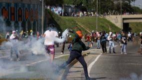 VEN110. CARACAS (VENEZUELA), 23/06/2017.- Opositores venezolanos participan en una manifestación hoy, viernes 23 de junio de 2017, en Caracas (Venezuela). Centenares de venezolanos cortaron hoy calles y autopistas en ciudades de todo el país para protestar contra el Gobierno del presidente, Nicolás Maduro, y por el asesinato de un joven que se enfrentó a las fuerzas del orden tras una marcha opositora y recibió disparos de perdigón de un militar. Al menos 75 personas han muerto en el marco de estas manifestaciones, algunas de ellas en enfrentamientos entre participantes en las marchas opositoras y funcionarios de seguridad. EFE/Miguel Gutiérrez
