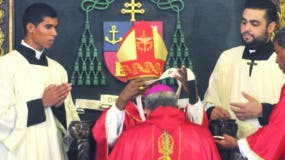 Monseñor   Ozoria mientras recibe el palio arzobispal que representa la comunión de la sede metropolitana con la Iglesia.