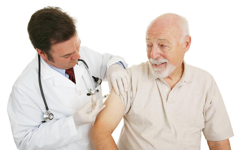 Especialista dice que vacunar a la población adulto mayor debe ser una política de Estado.