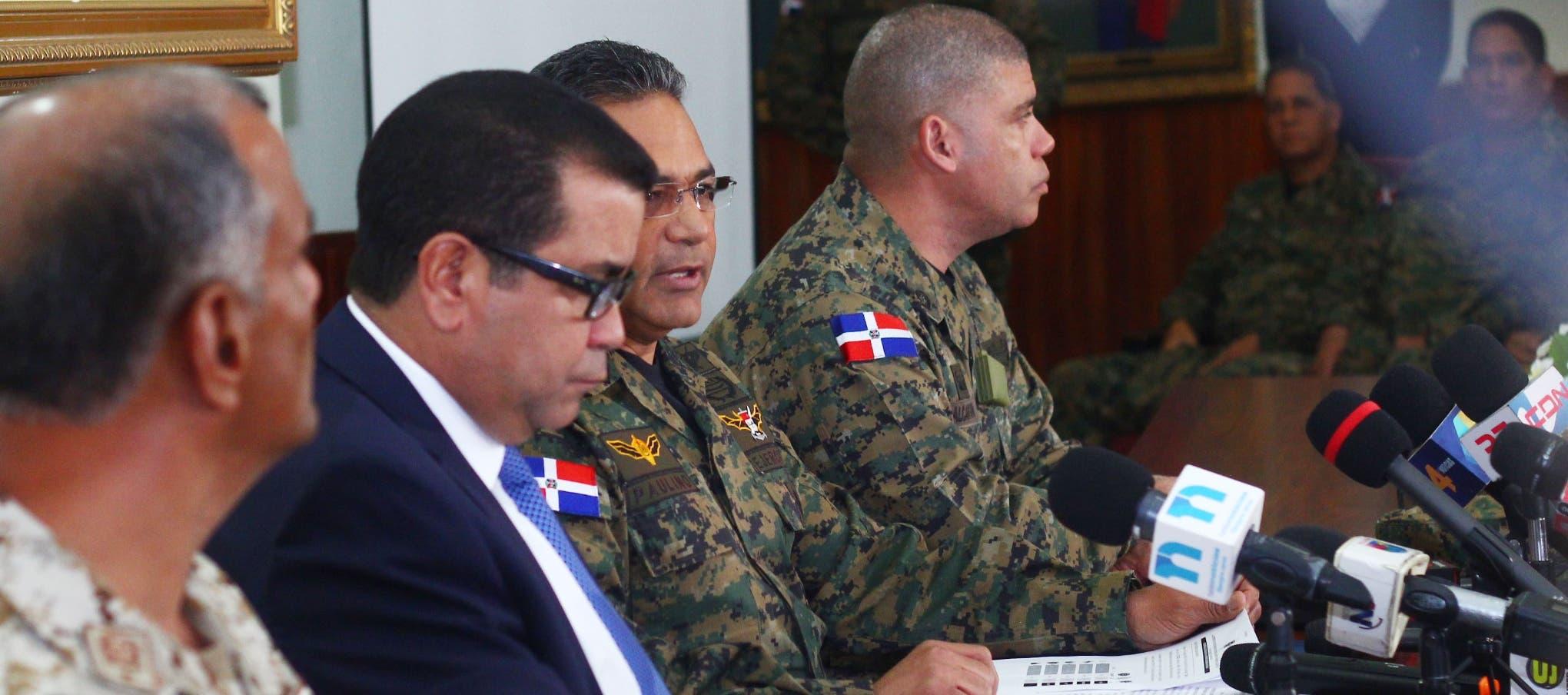 En la rueda de prensa Paulino Sem se hizo acompañar de los altos mandos militares y del director general de Migración.