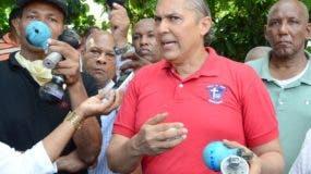 Taveras Rodríguez muestra algunas de las bombas arrojadas.