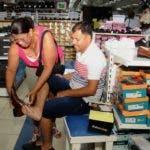 Angelita Féliz  no sólo le compró los zapatos al  esposo Victor Báez, sino que ayudaba a medírselos.