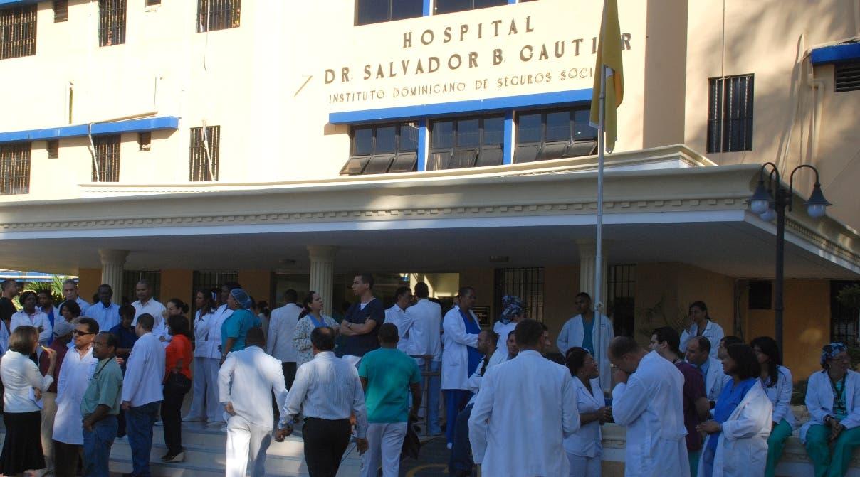 Médicos dominicanos en huelga por salarios