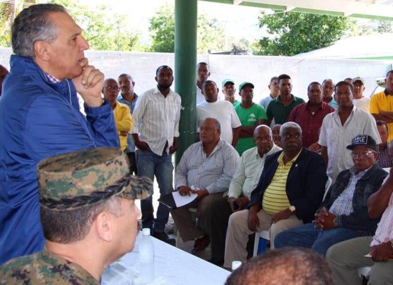 El ministro Administrativo  se reunió con representantes locales