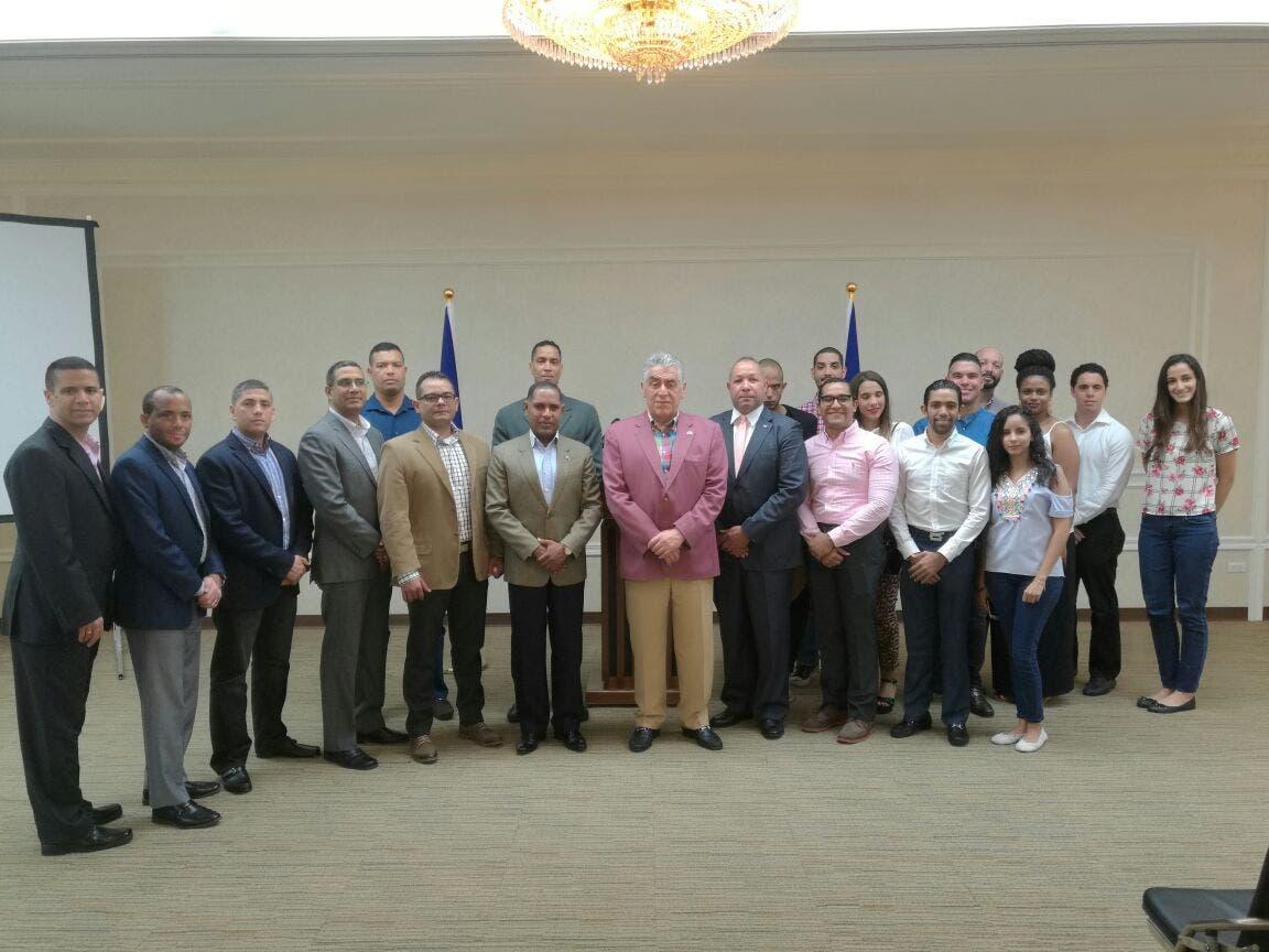 El embajador Soto Jiménez junto a los estudiantes dominicanos que cursan estudios superiores en la República de China, Taiwán.