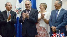 El presidente Danilo Medina corta la cinta inaugural de la sede la Unión Europea en el país.