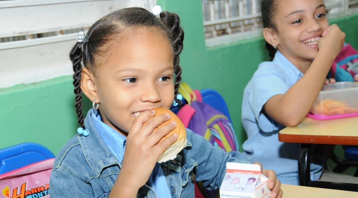 Umphi lista para servir el desayuno escolar
