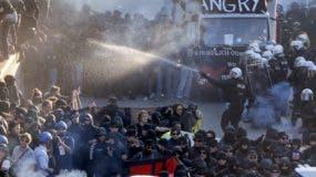 Enfrentamientos entre manifestantes y las fuerzas del orden dejaron 76 policías heridos.
