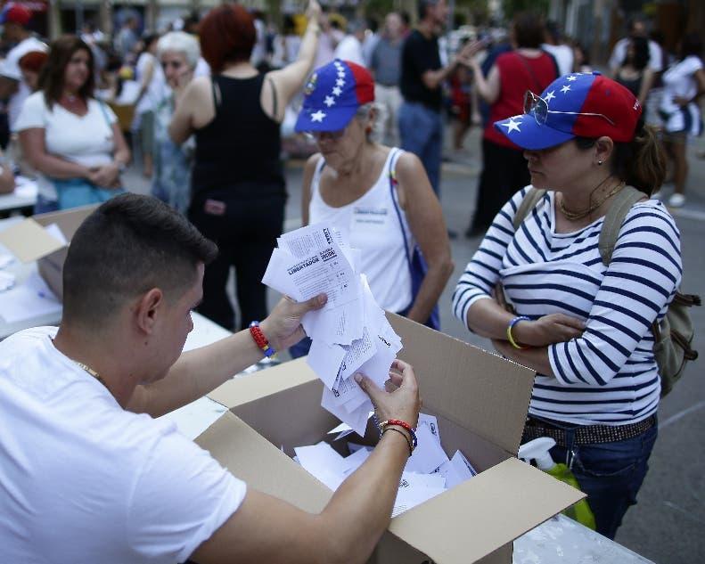 Ciudadanos votan en contra de la Constituyente del 30 de julio.