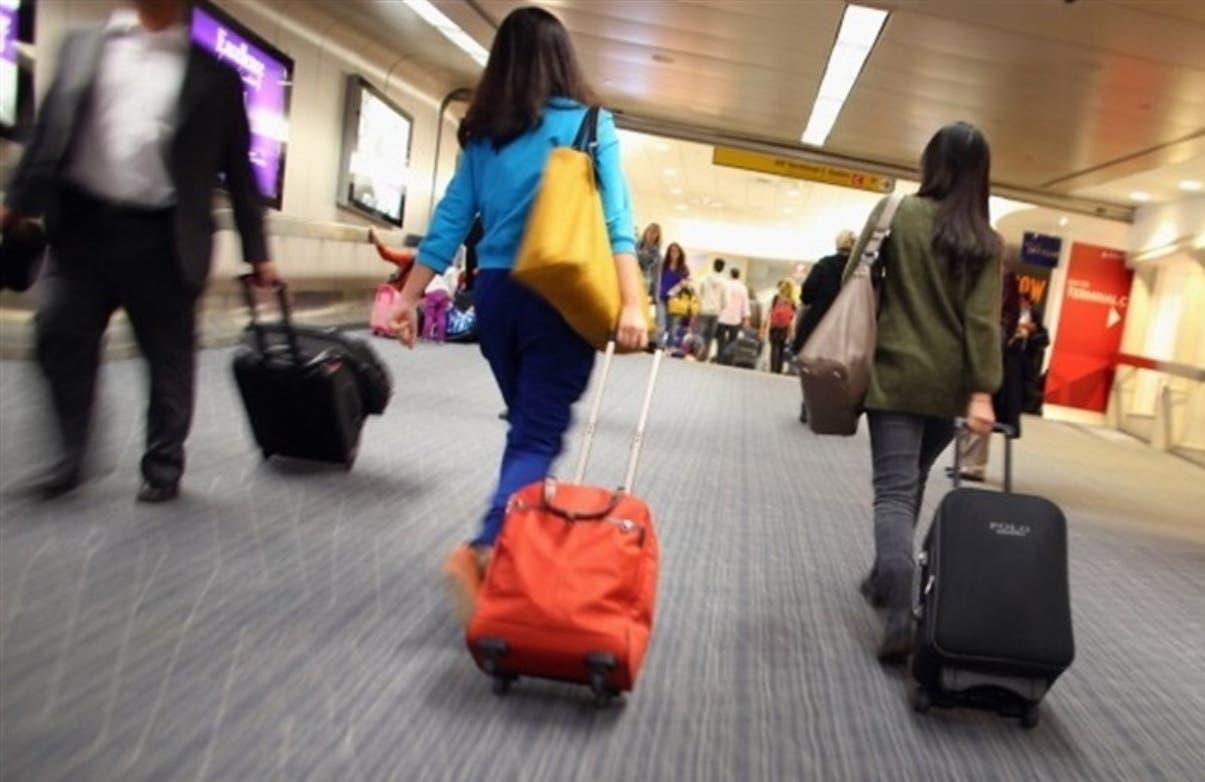 Usuarios de diferentes aeropuertos del país han externado sus quejas por el cobro de las maletas.