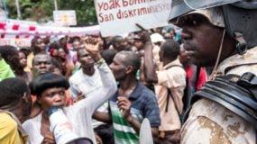 Los trabajadores haitianos piden mayores salarios a patronos.