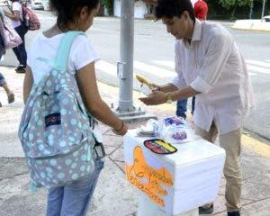 Vendedor venezolano de empanadas y jugos en la calle.