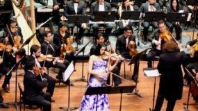 La violinista Aisha Syed durante su actuación en Ecuador.