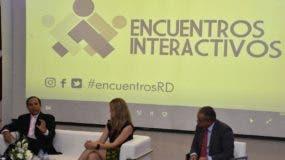 Augusto Romano y  Ana Karina Cárdenas  responde  preguntas del público en el evento, moderado por el comunicador Ulises Jiménez.