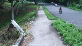 Las angostas aceras, especialmente en las avenidas Los Conquistadores  y República de  Argentina, lucen en mal estado y sucias.