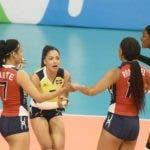 Jugadoras del equipo dominicano celebran en  el centro de la cancha durante un pasado partido.