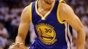 Curry deslumbró y superó a LeBron James en un duelo en el que las dos superestrellas intercambiaron grandes canastas y celebraciones.