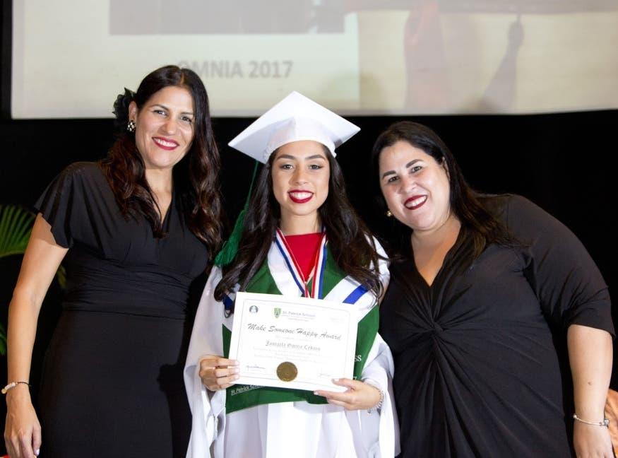 Marilú Bobadilla de Villanueva,  Jancarla García Cedano y Sandra Bobadilla.
