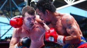 El australiano Jeff Horn, mientras intercambia golpes en la soga, con el filipino Manny Pacquiao.