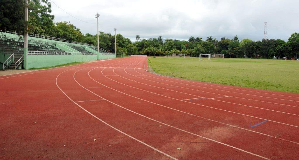 Aquí se puede observar las condiciones de la pista de atletismo, y un campo de fútbol, no adecuados para competir en unos Juegos Nacionales.
