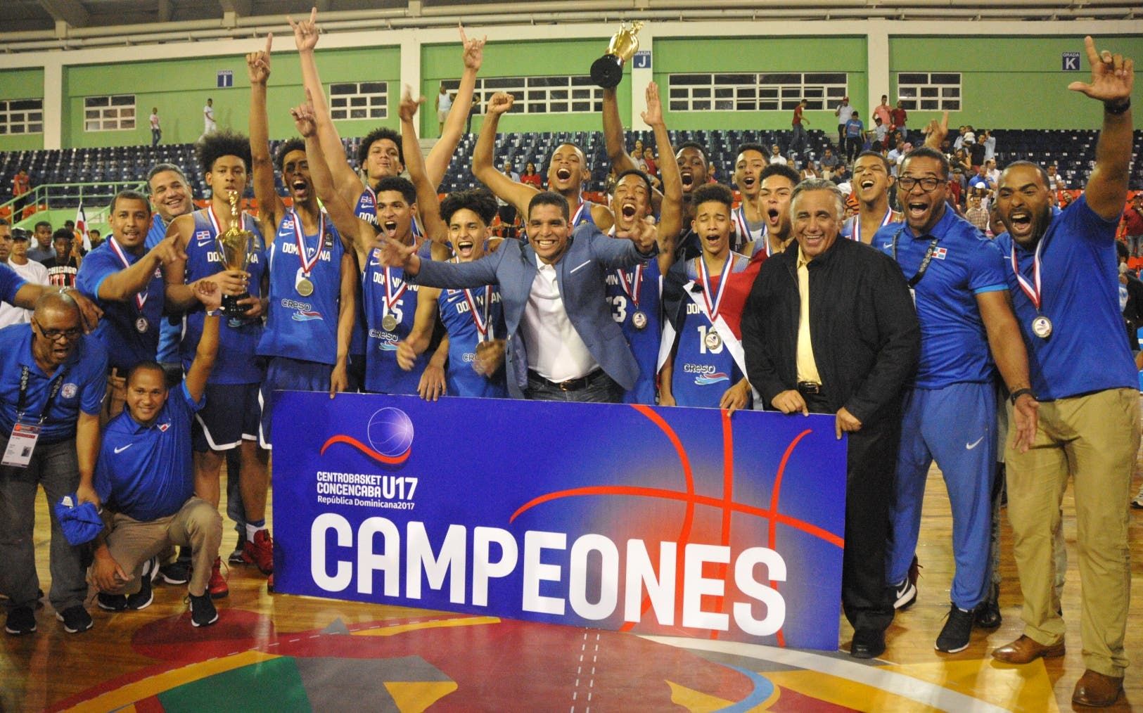 El equipo de República Dominicana recibe el trofeo de campeón de Centrobasket, luego de la victoria frente a Puerto Rico.