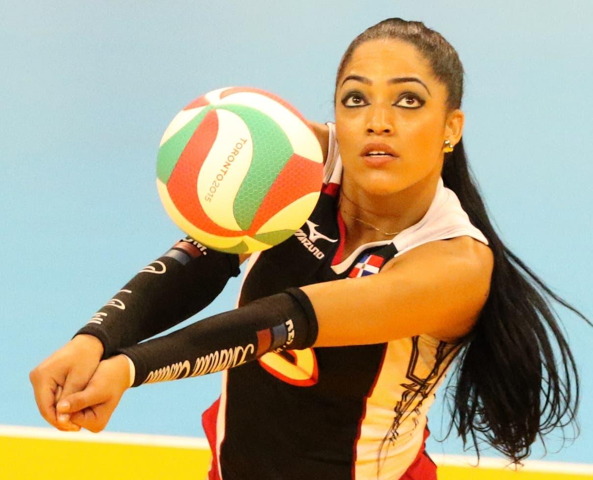Brenda Castillo reacciona luego de realizar una jugada durante  un evento internacional de voleibol.