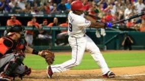 Adrián Beltré realiza swing. Foto de archivo.