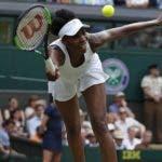 Venus Williams devuelve un servicio, durante su enfrentamiento ayer en Wimbledon.