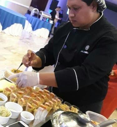 Un chef preparando platos.