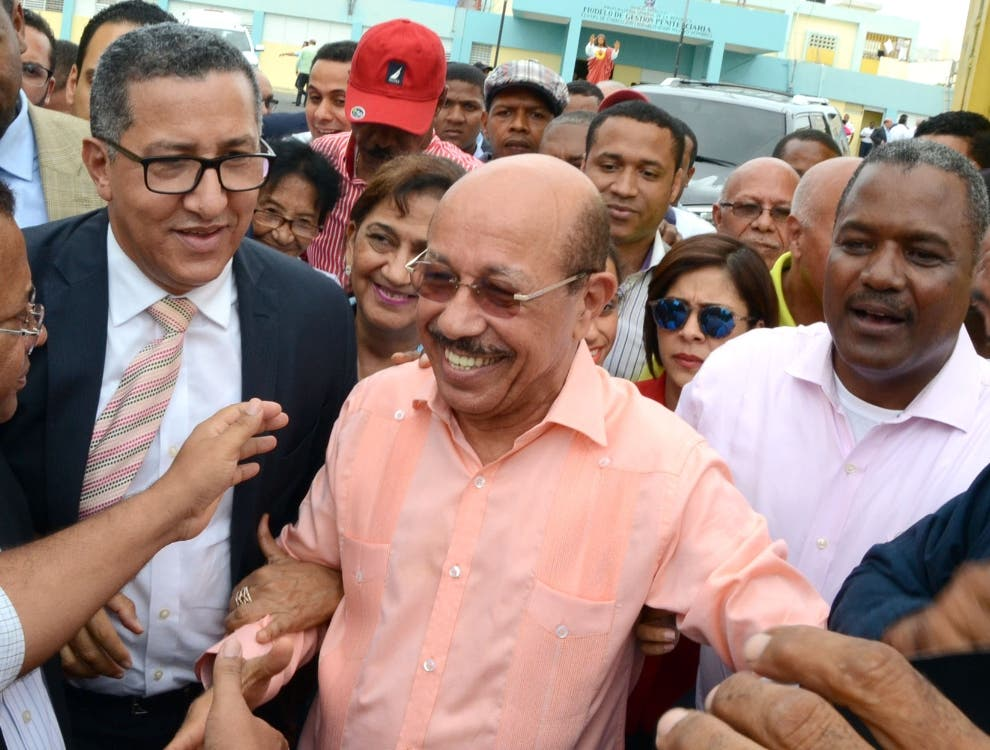 Temístocles Montás sonríe cuando salió de  la cárcel de Najayo Hombres.