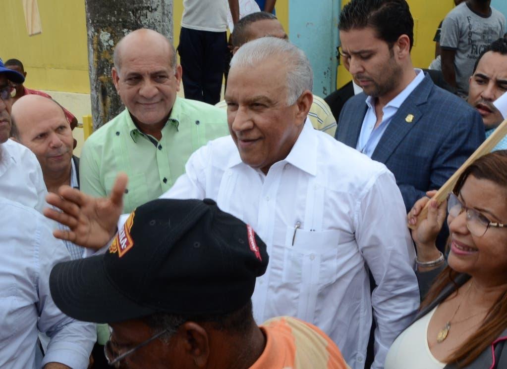 Andrés Bautista se observa con rostro  alegre al recibir los saludos de allegados.